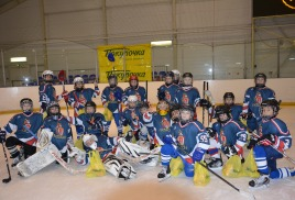 Компания «Покупочка» дарит призы хоккеистам